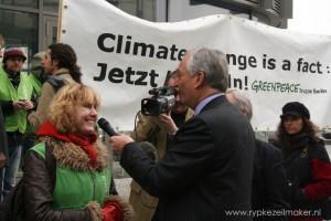 Greenpeace schrijft hier op spandoek een kritische analyse van het klimaatprobleem, die hun campagneleider Bill Hare op 22 april in Nature mag herhalen