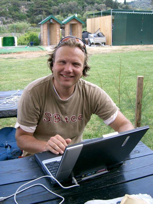 Hajo Smit achter zijn laptop in de natuur