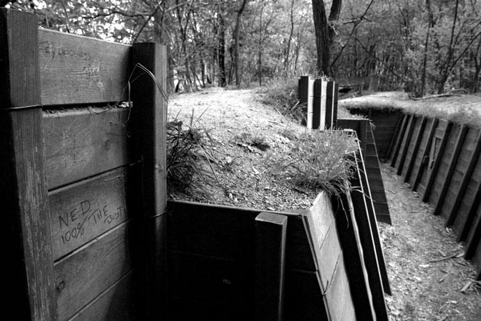 Loopgraaf bij Grebbeberg, waar in mei 1940 ongeveer 400 Nederlandse soldaten sneuvelden. Blijven sceptici en alarmisten verschanst zitten dit jaar of komen ze uit hun stellingen tot elkaar dit jaar?