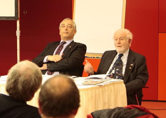 De aimabele ouwe knar rechts is Fred Singer, de obsessie van Oreskes en de kwelgeest van de zielige arme integere wetenschappertjes die allen zo belangeloos strijden voor de waarheid