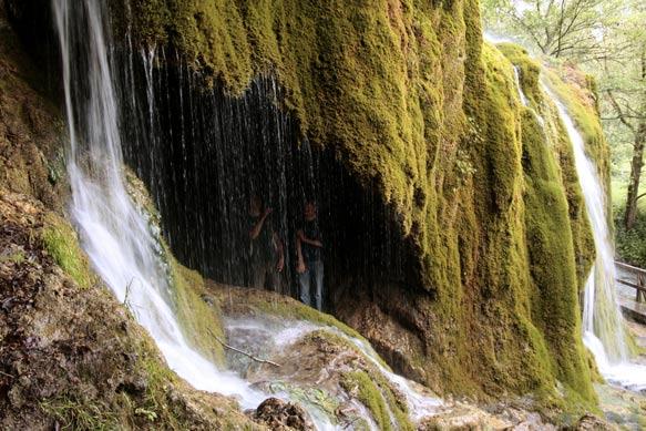 Dankzij veel Co2, en later HCO3 dat mineralen meeneemt, maakt deze waterval rotsen in geologisch noodtempo. De wand groeit met 10 centimeter per jaar, en wat je hier ziet is vanaf 1912 ontstaan