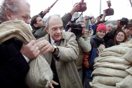 Jan Pronk helpt activisten met zandzak