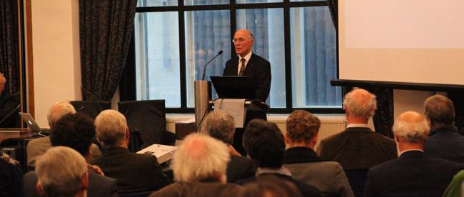 Rudy Rabbinge licht de intenties van de klimaatbrochure toe