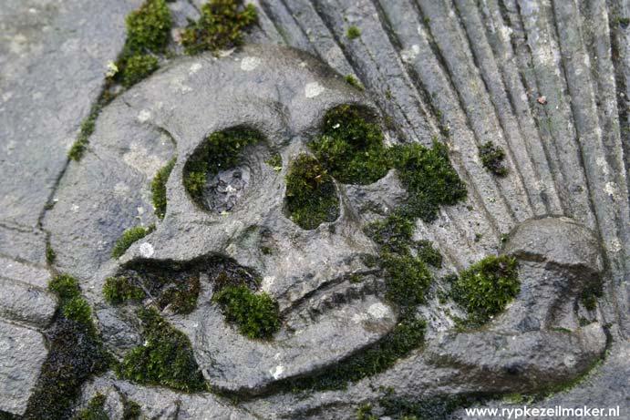 Gotisch graf bij Slochterschans: memento mori
