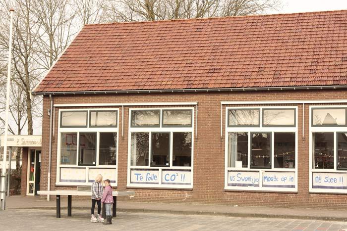 Klimaatscepcis in Langweer: doordat de gemeente Skarsterlan en de provincie liever klimaatsinterklaas spelen, is er zogenaamd geen geld voor een nieuw schoolgebouw. Met dank aan de lobby van clubs als het Wereldnatuurfonds en andere Niet Gekozen Organisaties (NGO's)
