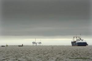 Waddengas gaf Waddenfonds 800 miljoen euro: boortoren Nam met op voorgrond handkokkelvissers