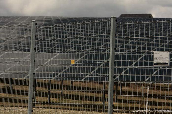 Zonnepark in natuurpark De Eifel. Aan 'groene'energie zit niets groens
