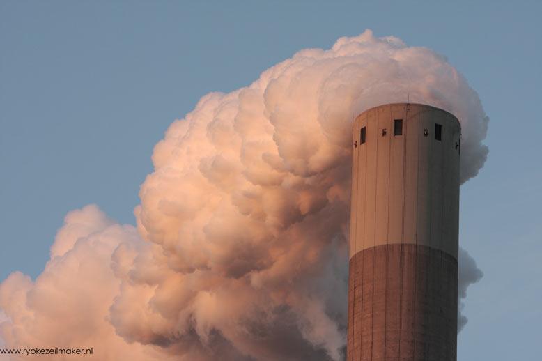 Romantisch: vrolijk waterdamp uitstotende kolencentrale bij avondlicht, territorium van de slechtvalk (Hemwegcentrale)