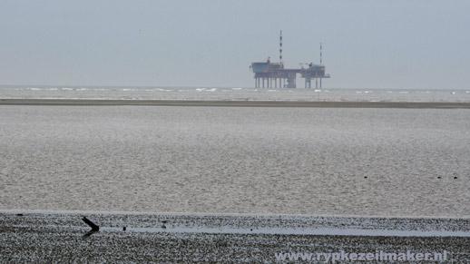 Boortoren vanaf Engelsmanplaat: De NAM heeft verlenging van concessie gekregen voor Waddengas