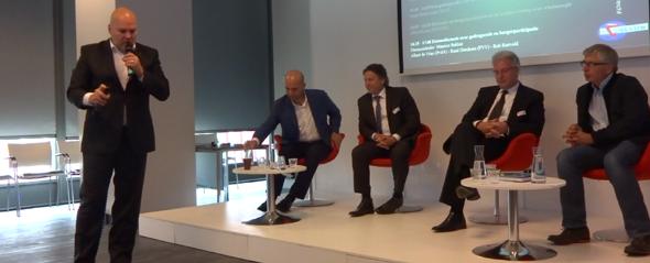 Gespreksleider Maurice Bakker (NLVOW), Zohair el Yassini (VVD), Machiel de Graaf (PVV), Rob Rietveld (NLVOW), Jeroen Derksen (PVDA)