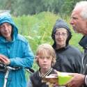 Stadsecoloog Fred Haaijen toont zijn Noordse woelmuizenval, gemaakt van broodbakje