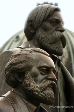 Marx en Engels in Oost Berlijn; niemand richt zoveel ellende aan als wereldverbeteraars