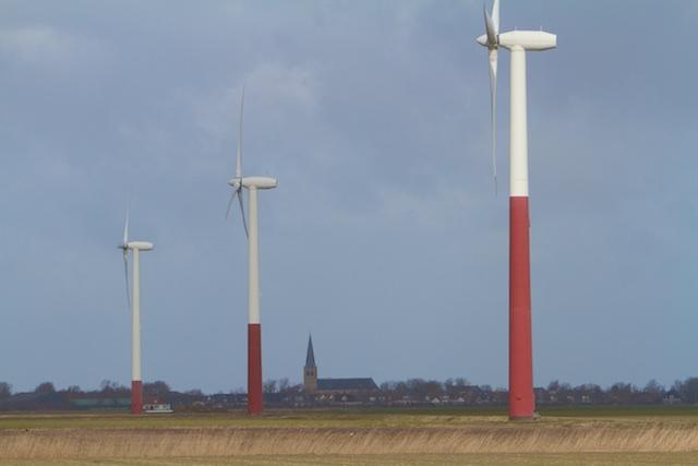 's lands oudste windfarm bij Oosterbierum. Dit zijn de kleintjes van 0,5 MW de nieuwe zijn 10 maal groter. FNP is voor windenergie