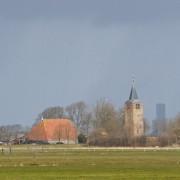 Alde Toer uit de 12de eeuw, en de nieuwe toren in Leeuwarden op de achtergrond