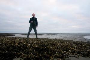 Uitgestrekte schelpenbanken in luwte van Ameland, uw blogger op de biobouwers