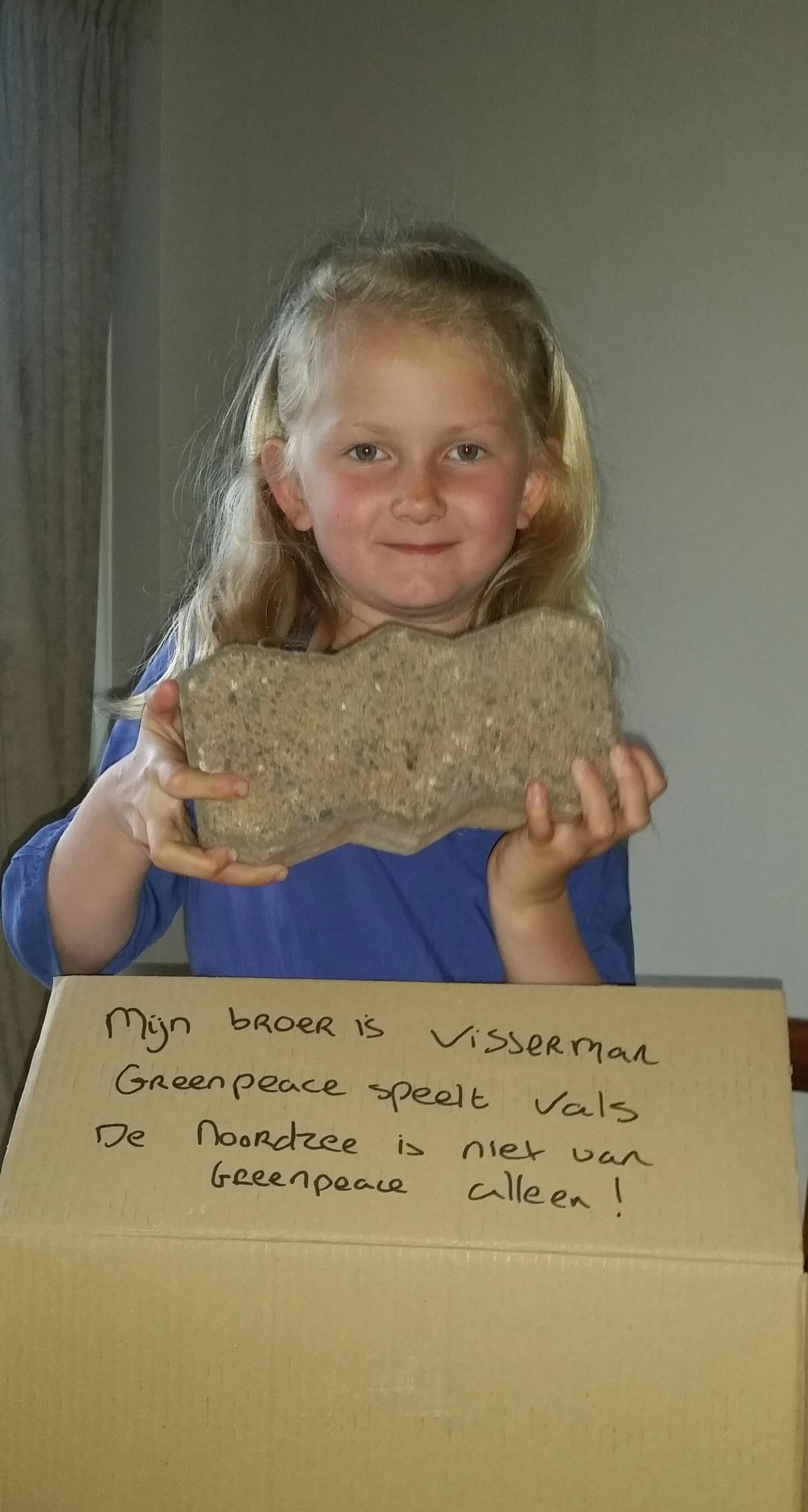 ..Een moedige daad van eerste verzet: gooi een steen naar Greenpeace