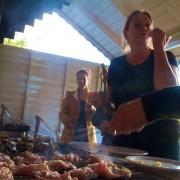 De oerkeuken hangt van vette vleeslappen aan elkaar, hier onze kokkin Mattie aan de slag