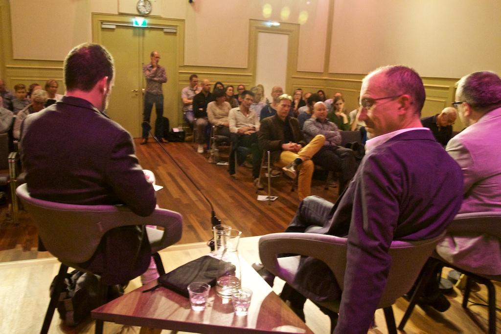 De volle Salon bij een geslaagd debat