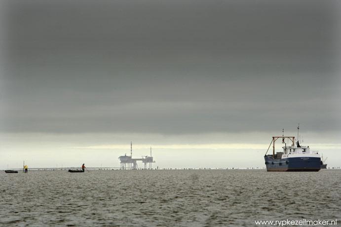 Kokkelvissers bij Engelsmanplaat voor NAM-installatie Waddengas: mede mogelijk gemaakt door Wouter van D.