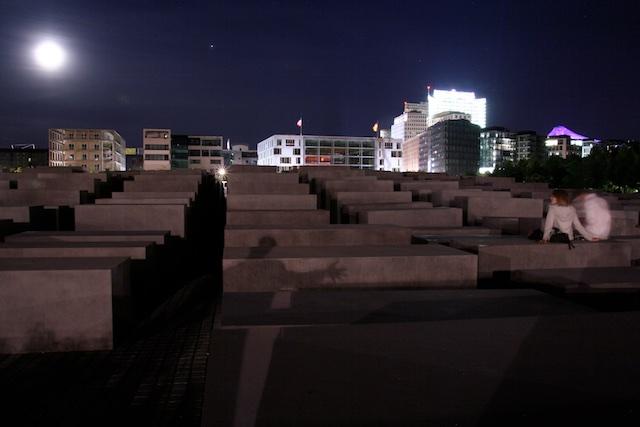 Holocaustmonument Berlijn.....Zo gaat dat (aldus de 'meesterwerken' die onze cultuur van afgelopen halve eeuw rechtvaardigden)