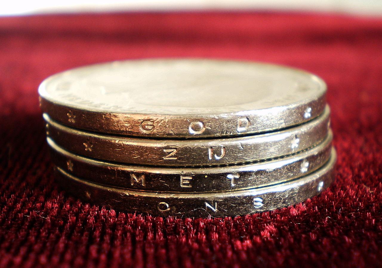 De God van het protestantisme is niet langer met ons geld
