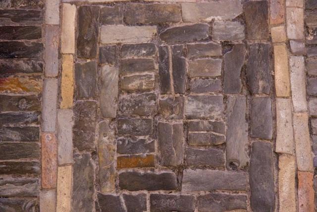 De oplettende bezoeker kan in het vloerpatroon van de Wewelsburg nog zekere herkenbare symbolen ontdekken
