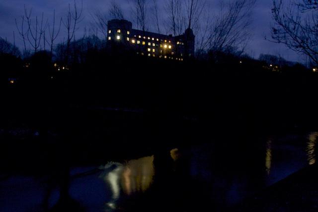 De Wewelsburg, met licht weerspiegeld in het riviertje de Alme