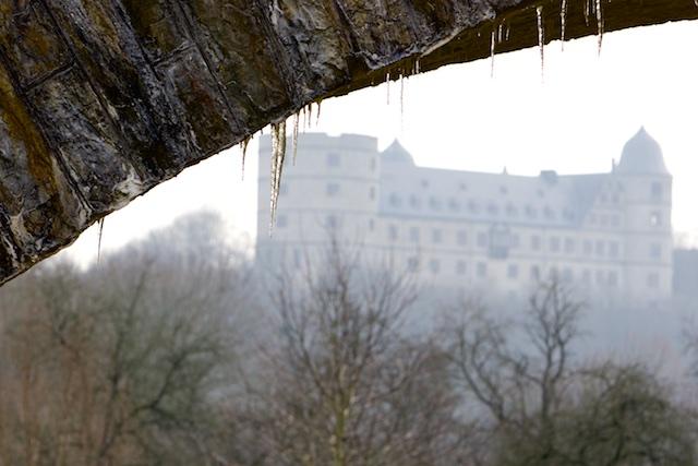 ..gebouwd uit kalksteen zoals de meeste bouwwerken in de omgeving. De ijspegels vormen zich als stalaktieten