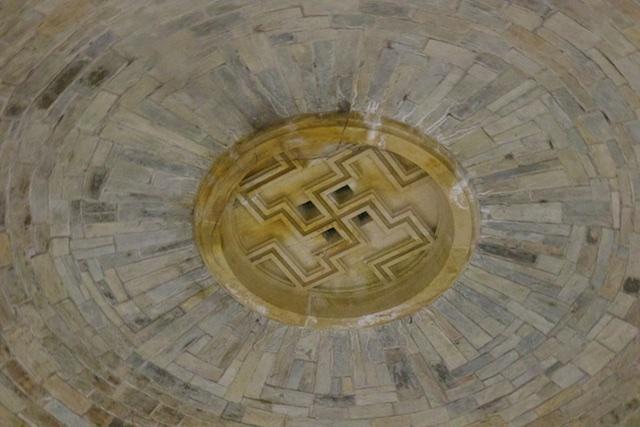 Aan het plafon van de Krypta, een eikenhouten zonnesymbool, symbool van natuurverering