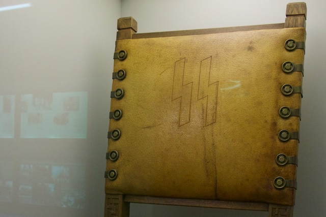Professioneel afgewerkt, een eikenhouten luxe stoel in leer met runetekens. De nieuwe Duitse heiden hield van vakwerk, de Wewelsburg stond er vol mee
