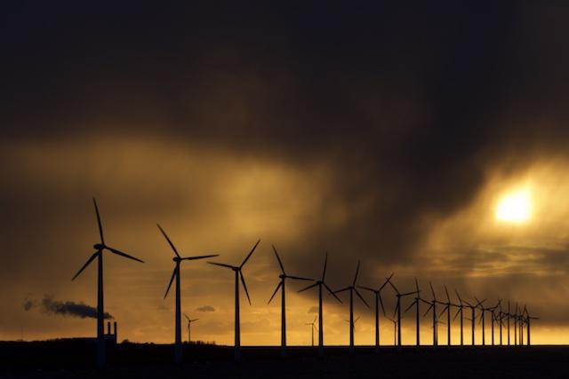 Windturbines voor de zichtbaarheid, de gascentrale die het echte werk levert