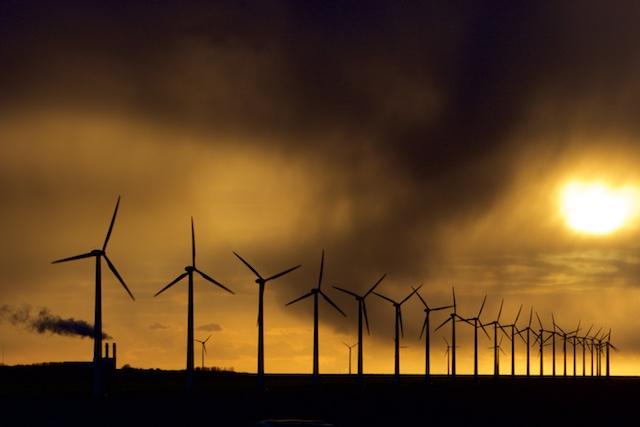 Een fossiele centrale levert het stabiele vermogen, terwijl de windturbines er voor de groene politiek draaien