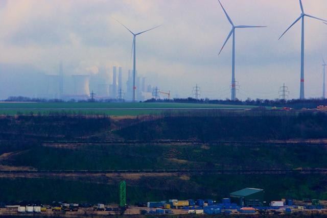 De windvaantjes draaien voor de politiek, terwijl uit de regen en mist de echte krachtbron van Duitsland opdoemt: de nieuwe bruinkoolcentrale van 2000 MW