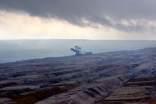 Tagebau Hambach, een depressie trekt over een maanlandschap van 48 vierkante kilometer