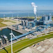 Eemshavencentrale, Eemshaven, Nederland, 9 aug 2015. De RWE-Essent elektriciteitscentrale is een kolencentrale aan de Eemhaven in Groningen met een hoog rendement, de centrale bestaat uit twee eenheden van beide 780 MW. Naast kolen wordt er ook biomassa meegestookt in de centrale. In de achtergrond (rechts) de gasgestookte elektriciteitscentrale van Nuon. foto: Marco van Middelkoop/Aerophoto-Schiphol