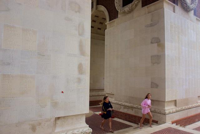 Megalomane herdenkingsmonument bij Thiepval met de 70 duizend namen van nooit teruggevonden soldaten