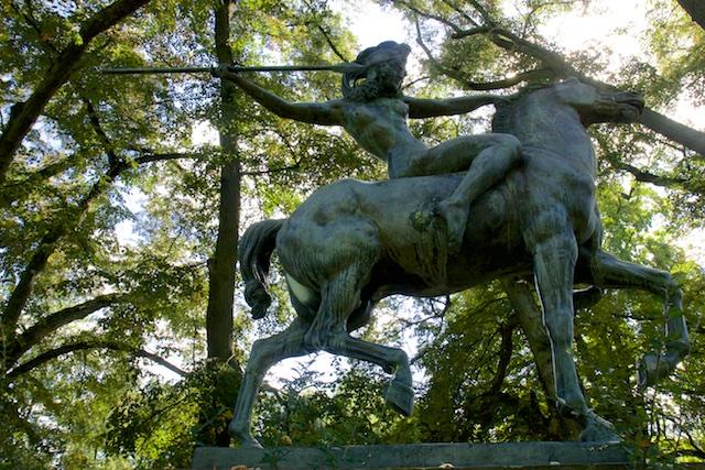 Het beeld van de jagende Amazone uit de binnenplaats van Carinhall staat nu in een park in Eberswalde