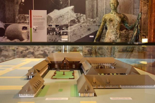 Maquette van jachtslot in museum van Gross Schonebeck bij expositie Jagd und Macht. Op achtergrond het bronzen beeld Anmut, volgens Arisch schoonheidsideaal
