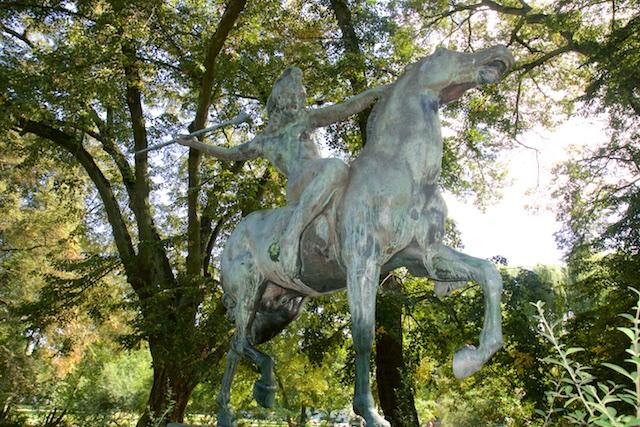 Deze jagende voor-christelijke krijger stond in de hof van Carinhall opgesteld. Hij is gemaakt door Franz von Stuck die veel Germaanse oermystiek verbeeldde