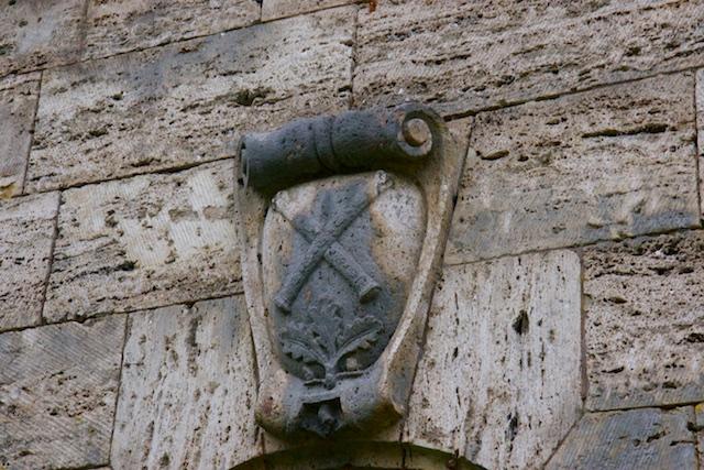 Van Carinhall resten nog 2 toegangspoorten met daarop Goering's persoonlijke logo. De maarschalkstaven en eikenloof, Germaans symbool voor overwinning