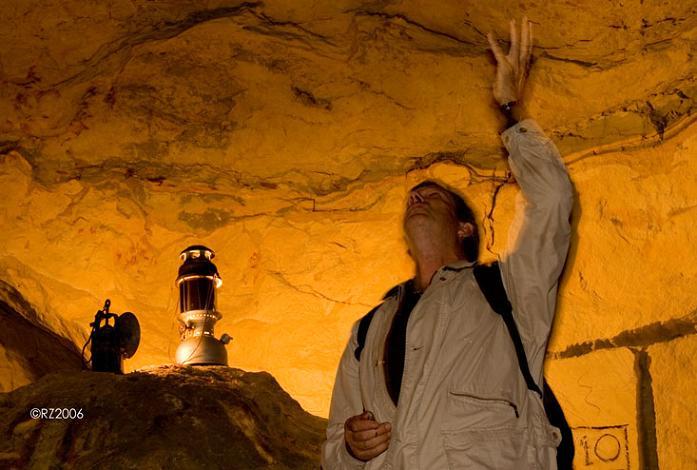 Geoloog Jan Smit bij KT-grens Geulhemmer Groeve. De laag met iridium tussen Krijt en Tertiair die van een inslag van een asteroide zou komen bij Yucatan