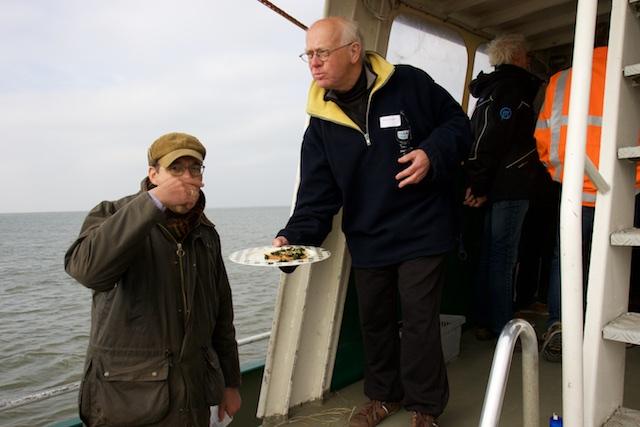 De zeesla-toastjes opdienen, met een recreatieve Wadvaarder als ober