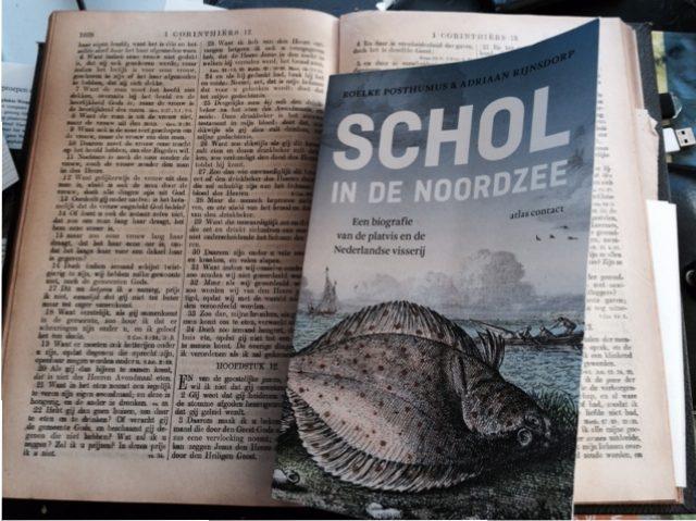 De nieuwe visserijbijbel inclusief Judaskus door de auteur op zijn mentor