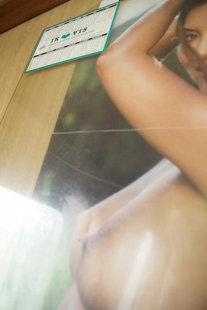 Ecologie 2.0: alle aandacht vestigen op de sticker zodat je de tieten niet ziet