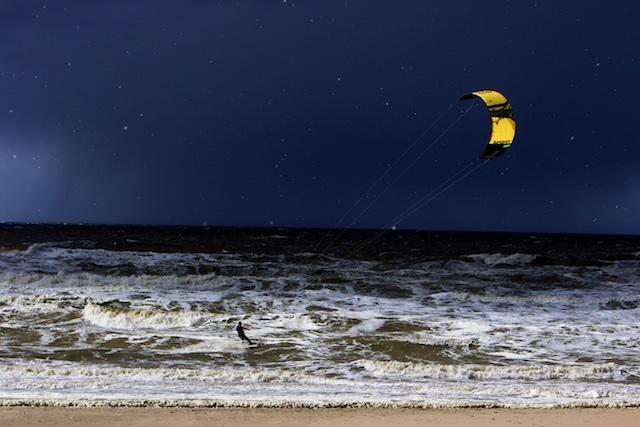 ..in de verte kun je de zeewindfarm zien als je goed kijkt