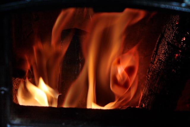Biomassa, al 300 duizend jaar sinds de uitvinding van het vuur in gebruik. Ook de Neanderthalers bedreven al klimaatbeleid in Henk Kamp-stijl