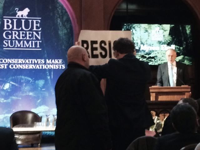 Senior klimaatcampagne-leider van Greenpeace Joeri Thijs deed zijn inhoudelijke duit in het zakje: virtue signalling. De klimaat-expert van Greenpeace is sociaal werker