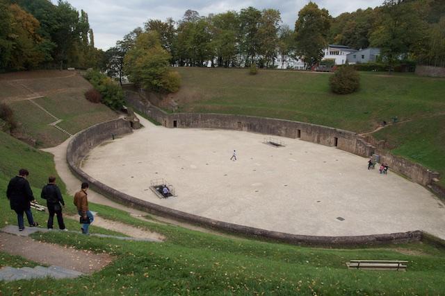 Romeins Amfitheater in Trier. De Romeinse beschaving implodeerde door import van barbaarse stammen