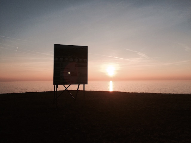 Zelfs bij goed licht is vanaf de Houtribdijk niets van de Marker Wadden te zien