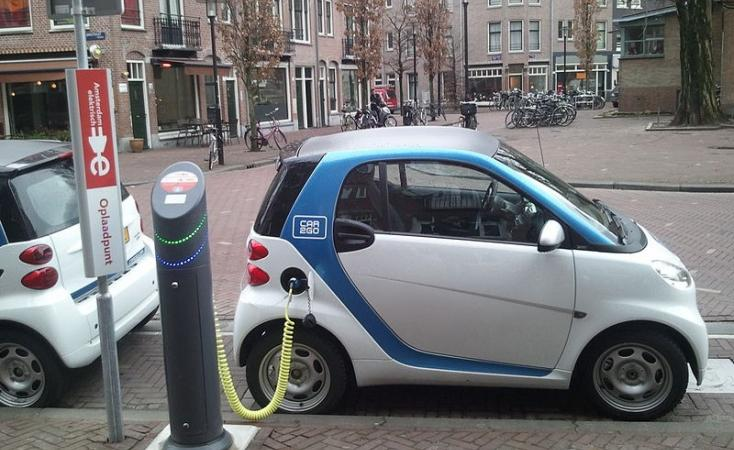 Electric_car_charging_Amsterdam-800x575_0